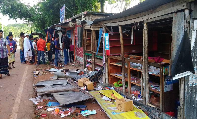 টুঙ্গিপাড়ায় দুই গ্রামবাসীর সংঘর্ষে ১০ পুলিশসহ আহত ৫০