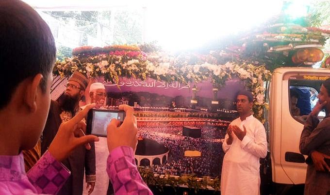 এরশাদের মরদেহ পেছনে রেখে সেলফি তুলতে ব্যস্ত নেতাকর্মীরা