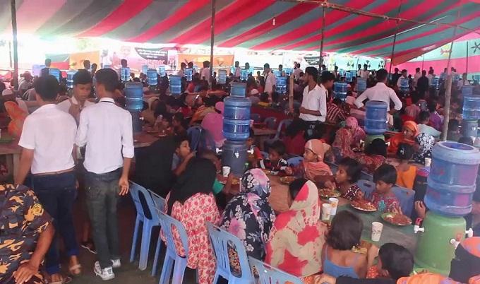 টুঙ্গিপাড়ায় মেজবান খেলেন ৪০ হাজার মানুষ