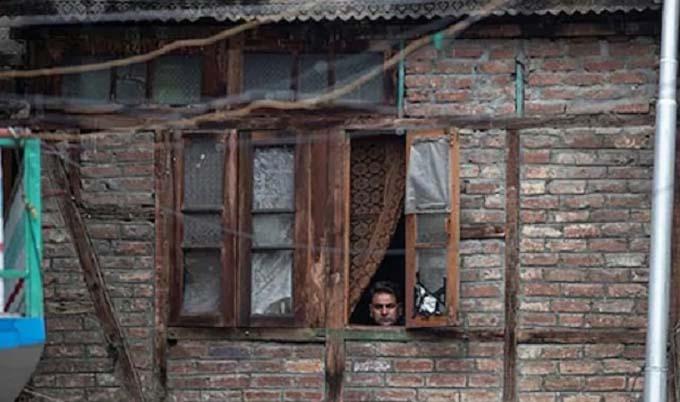 কাশ্মীরে সচল হচ্ছে টেলিফোন, স্কুল খুলবে আগামী সপ্তাহে