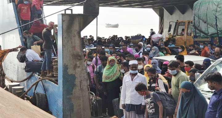 শিমুলিয়া-বাংলাবাজার নৌরুটের ফেরিতে পোশাককর্মীদের ভিড়