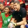 নারী ফুটবলারদের সঙ্গে ব্রাজিলের গোলরক্ষক সিজার