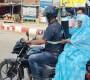 পিঠে সিলিন্ডার বেঁধে মাকে নিয়ে হাসপাতালে ছুটছেন ছেলে