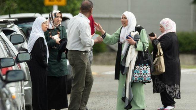 ৪.খোঁজ নিতে মসজিদ এলাকায় আসছেন উদ্বিগ্ন স্বজনরা