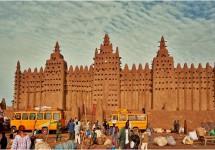 আফ্রিকায় বিশ্বের সবচেয়ে বড় মাটির তৈরি মসজিদ