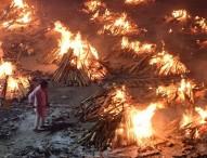 ভারতে ২৪ ঘণ্টা জ্বলছে চিতা, রাস্তায় লাশের সারি